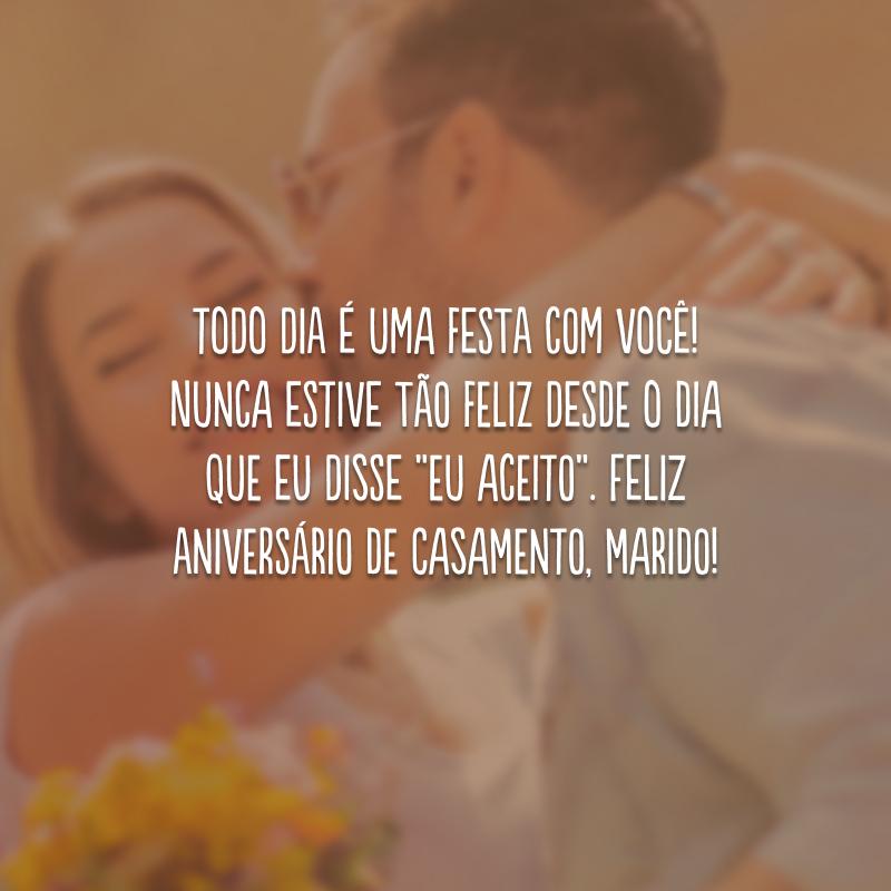 """Todo dia é uma festa com você! Nunca estive tão feliz desde o dia que eu disse """"eu aceito"""". Feliz aniversário de casamento, marido!"""